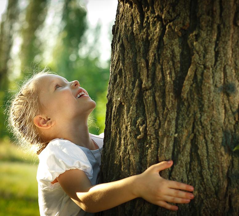 dziecko obejmujące drzewo